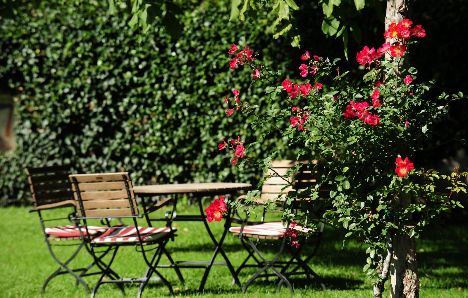 Schwimmbad und Garten im Ansitz Pünthof, Algund